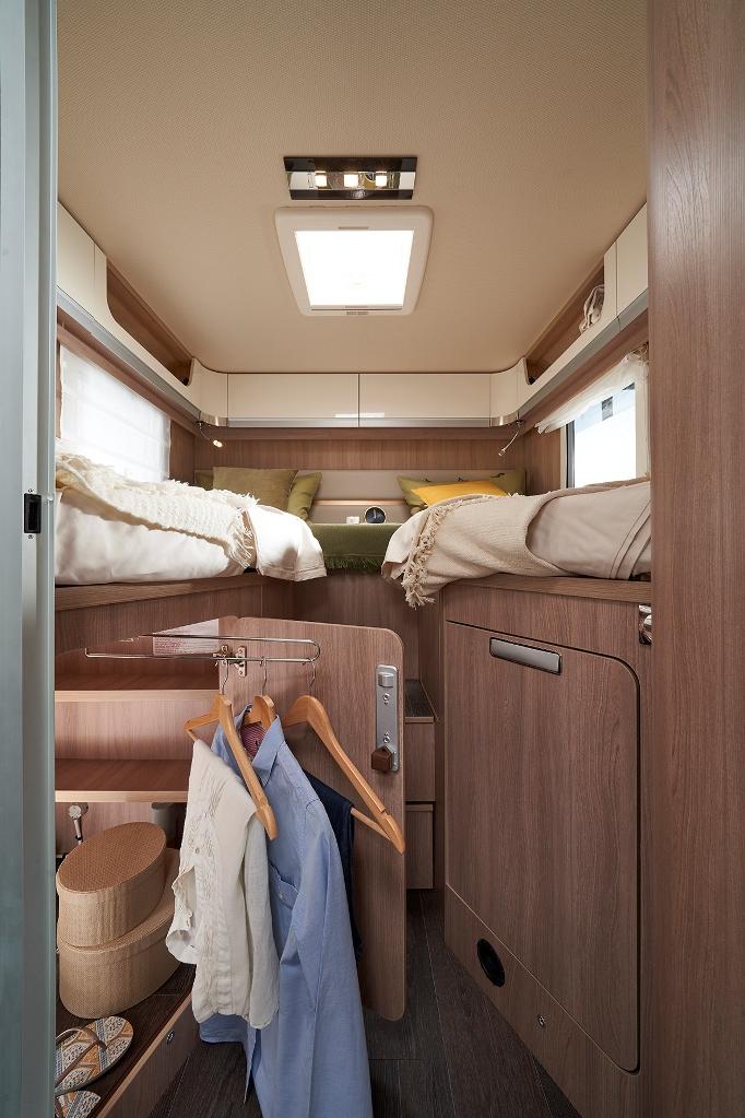 Onder de comfortabele bedden bevindt zich kastruimte.