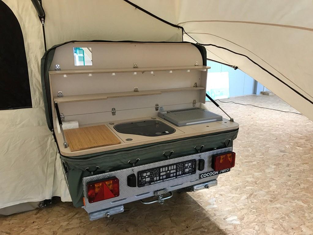 De keuken hangt aan de achterkant van de wagenbak.