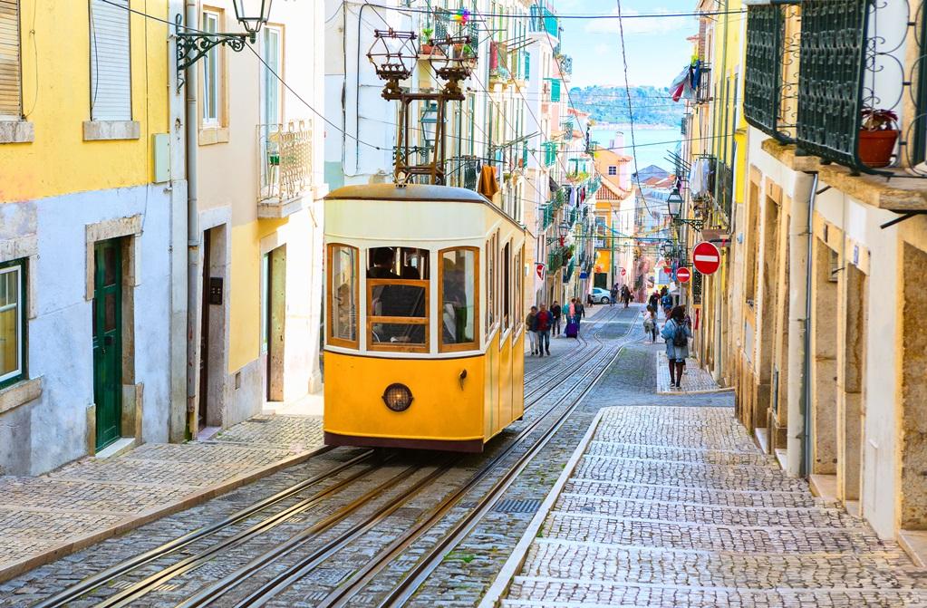 Een straat in Lissabon.