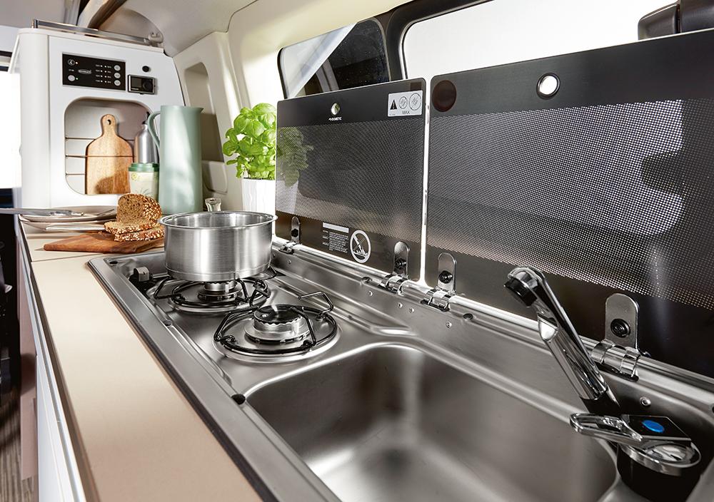 Keuken met tweepits gastoestel en spoelbak.