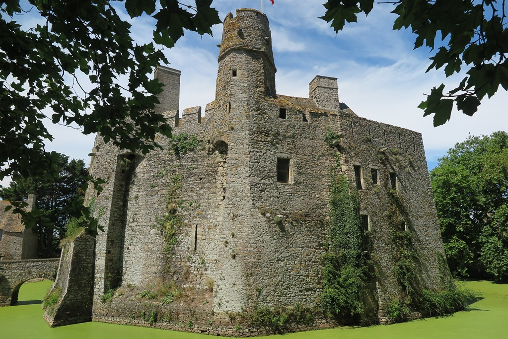 Kasteel Pirou, het oudste kasteel van Normandië.