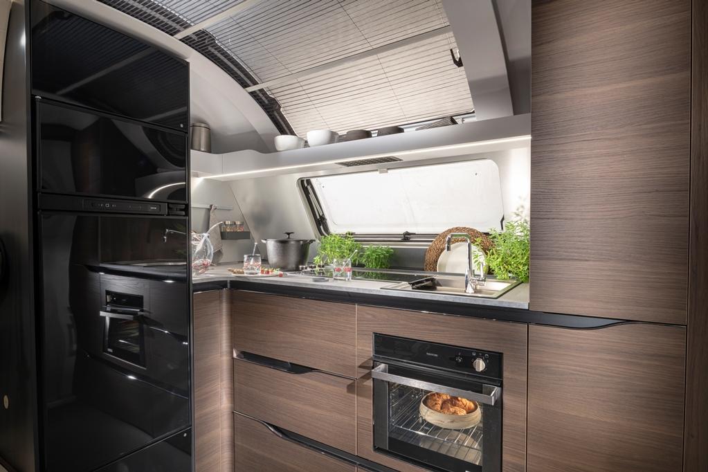 Voorin een L-vormige keuken.